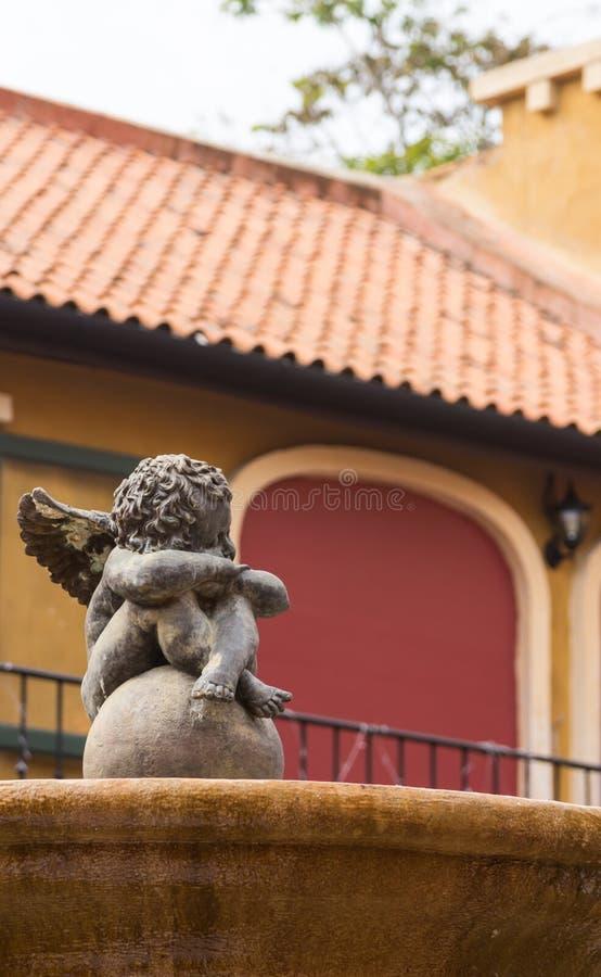 El cupido está en la nueva decoración italiana del edificio del estilo de la fuente. fotografía de archivo