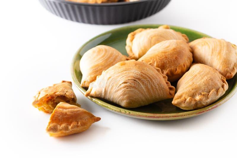 El curry hecho en casa del pollo del concepto de la comida del origen de Asia sudoriental sopla en el fondo blanco con el espacio fotos de archivo