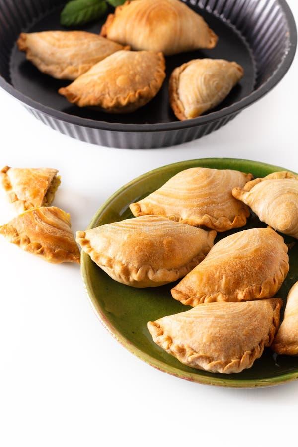 El curry hecho en casa del pollo del concepto de la comida del origen de Asia sudoriental sopla en el fondo blanco con el espacio fotos de archivo libres de regalías
