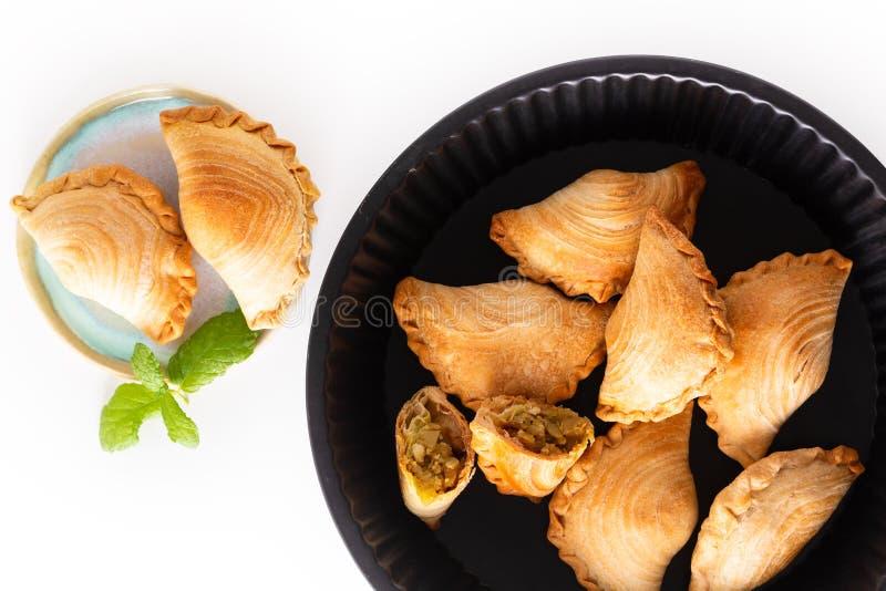 El curry hecho en casa del pollo del concepto de la comida del origen de Asia sudoriental sopla en el fondo blanco con el espacio imagenes de archivo