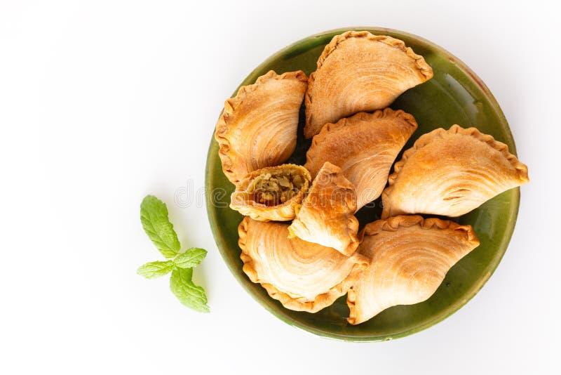 El curry hecho en casa del pollo del concepto de la comida del origen de Asia sudoriental sopla en el fondo blanco con el espacio foto de archivo