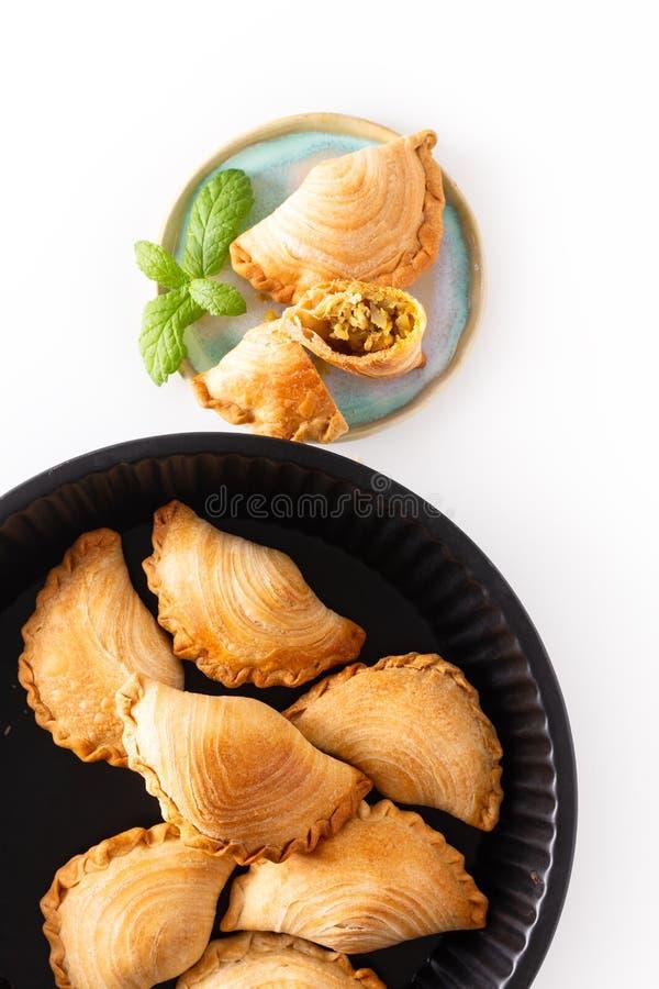 El curry hecho en casa del pollo del concepto de la comida del origen de Asia sudoriental sopla en el fondo blanco con el espacio imagen de archivo libre de regalías