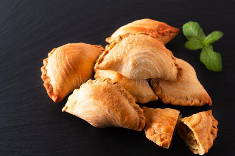 El curry hecho en casa del pollo del concepto de la comida del origen de Asia sudoriental sopla en fondo negro de la piedra de la imágenes de archivo libres de regalías