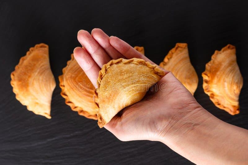 El curry hecho en casa del pollo del concepto de la comida del origen de Asia sudoriental sopla en fondo negro de la piedra de la foto de archivo libre de regalías