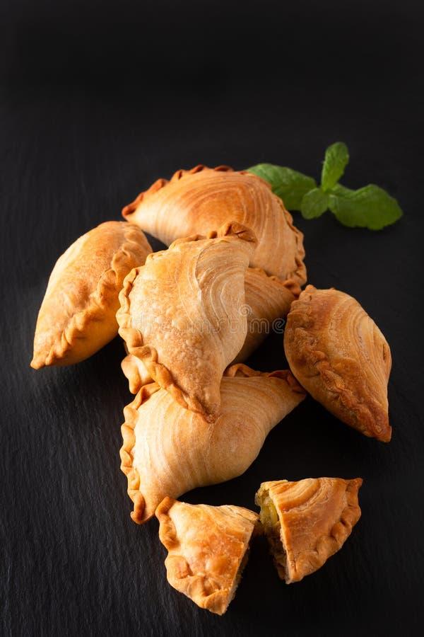 El curry hecho en casa del pollo del concepto de la comida del origen de Asia sudoriental sopla en fondo negro de la piedra de la imagen de archivo
