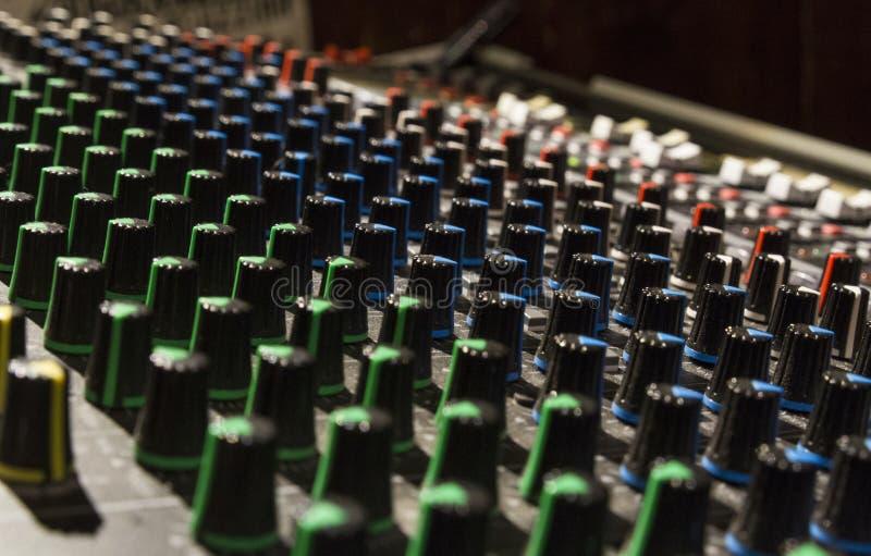 El cursor del mezclador utilizó para el menage el sonido en concierto vivo fotos de archivo