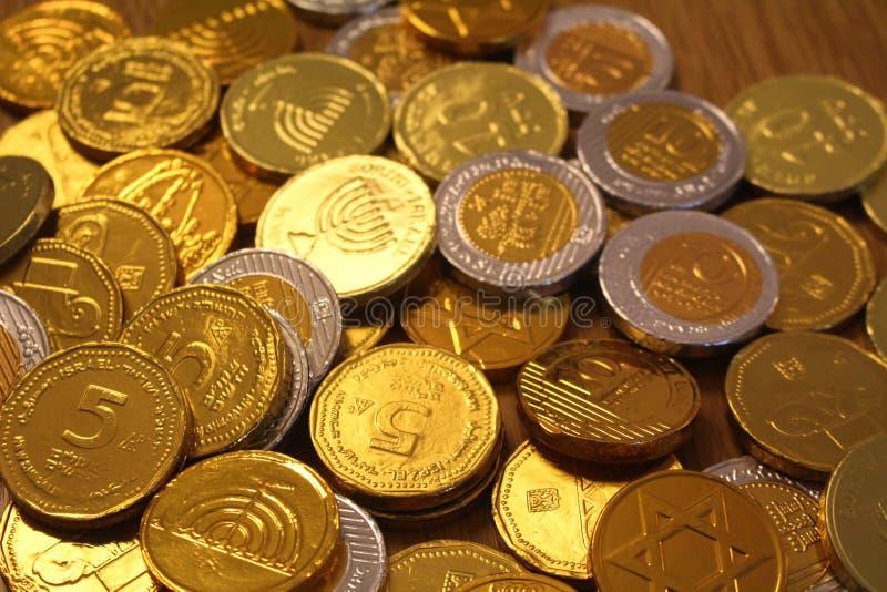 El día de fiesta judío Jánuca con el chocolate acuña en oro y plata imagen de archivo