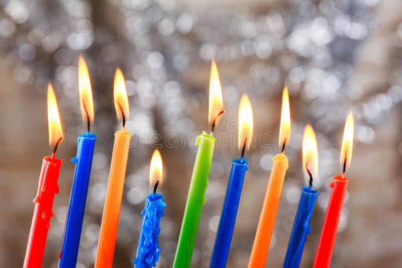 El día de fiesta judío Tallit que enciende Jánuca mira al trasluz la celebración imágenes de archivo libres de regalías