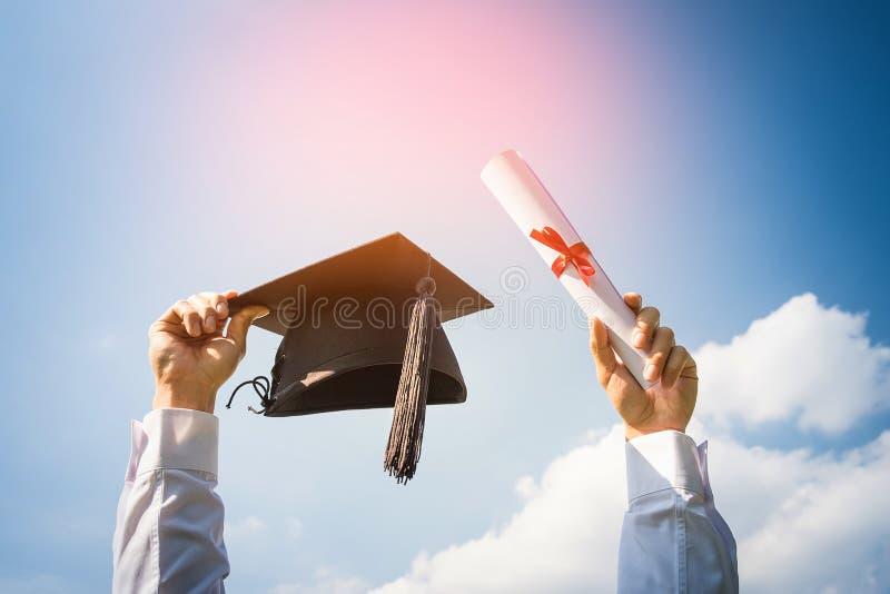 El día de graduación, imágenes de graduados está celebrando la graduación p fotografía de archivo