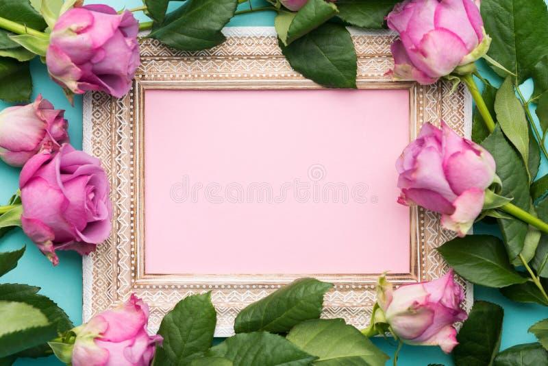 El día de la madre del ` s del ` feliz s del día, de las mujeres o el plano del cumpleaños pone el fondo Marco de madera hermoso  imágenes de archivo libres de regalías