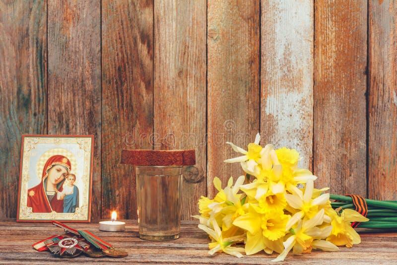 El día de la victoria del concepto encendido puede 9, 1945, las medallas, icono ortodoxo y vela ardiente, un ramo de flores del n fotos de archivo libres de regalías
