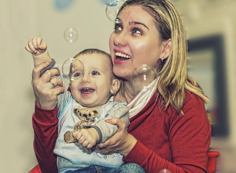 El día de madre, cumpleaños, familia feliz, mamá joven, bebé imagen de archivo libre de regalías