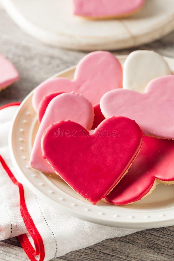 El día de tarjeta del día de San Valentín en forma de corazón Sugar Cookies foto de archivo