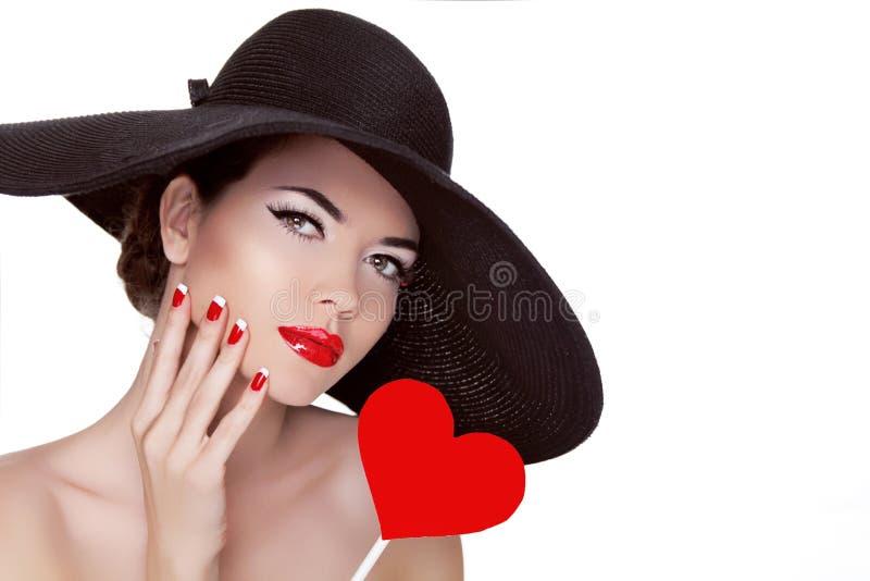 El día de tarjeta del día de San Valentín. Mujer hermosa con el corazón en su llevar de la mano foto de archivo libre de regalías