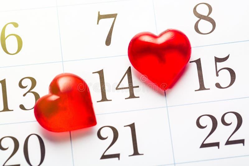 El día de tarjeta del día de San Valentín, celebrando concepto del amor Corazones rojos que marcan el 14 de febrero día de San Va foto de archivo libre de regalías
