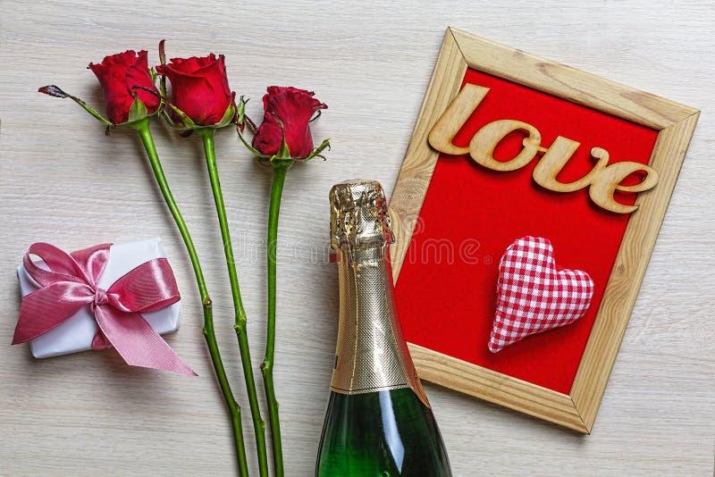 El día de tarjeta del día de San Valentín, Champán, corazones, caja de regalo, decoración, tarjeta fotografía de archivo libre de regalías