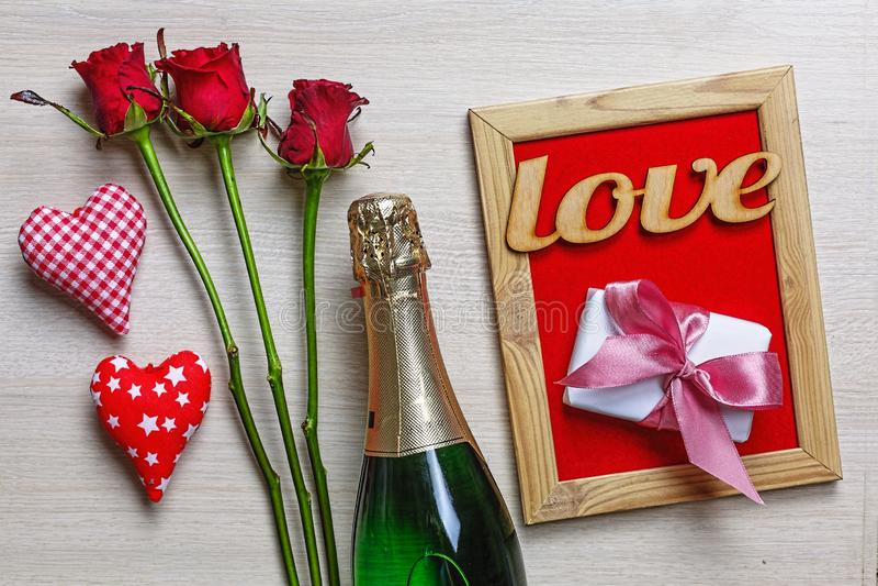 El día de tarjeta del día de San Valentín, Champán, corazones, caja de regalo, decoración, tarjeta fotos de archivo