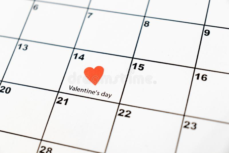 El día de tarjeta del día de San Valentín, el 14 de febrero en el calendario con el corazón rojo foto de archivo libre de regalías