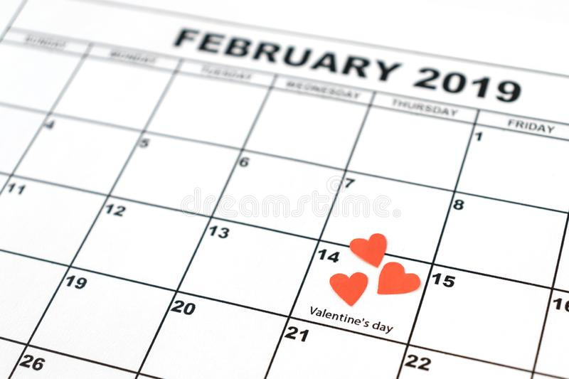 El día de tarjeta del día de San Valentín, el 14 de febrero en el calendario con el corazón rojo fotos de archivo