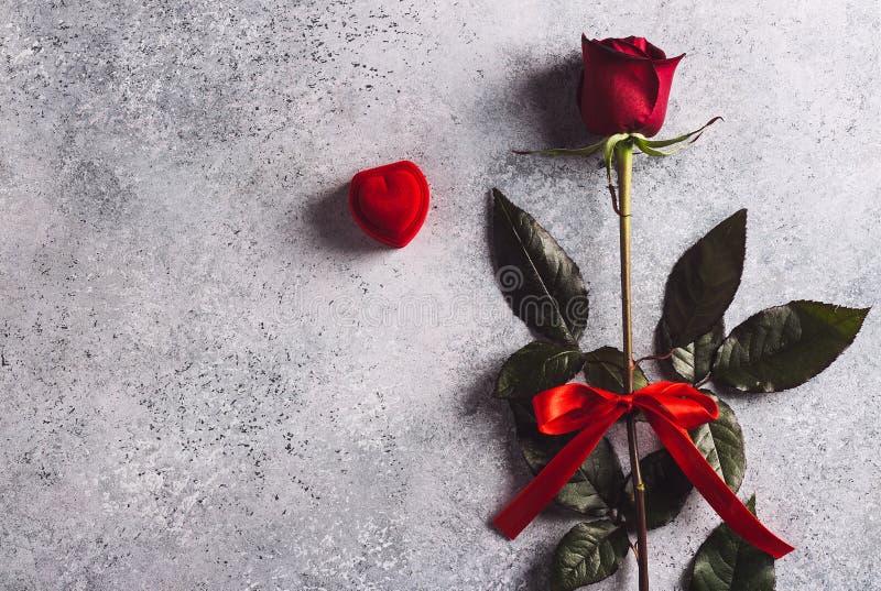 El día de tarjetas del día de San Valentín me casa anillo de compromiso de la boda en caja con el regalo de la rosa del rojo fotografía de archivo libre de regalías