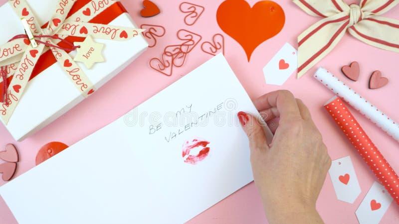 El día feliz del ` s de la tarjeta del día de San Valentín por encima pone completamente la tarjeta de la escritura imagenes de archivo