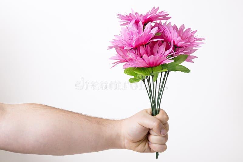 El dar del ramo de flores falsas imagen de archivo
