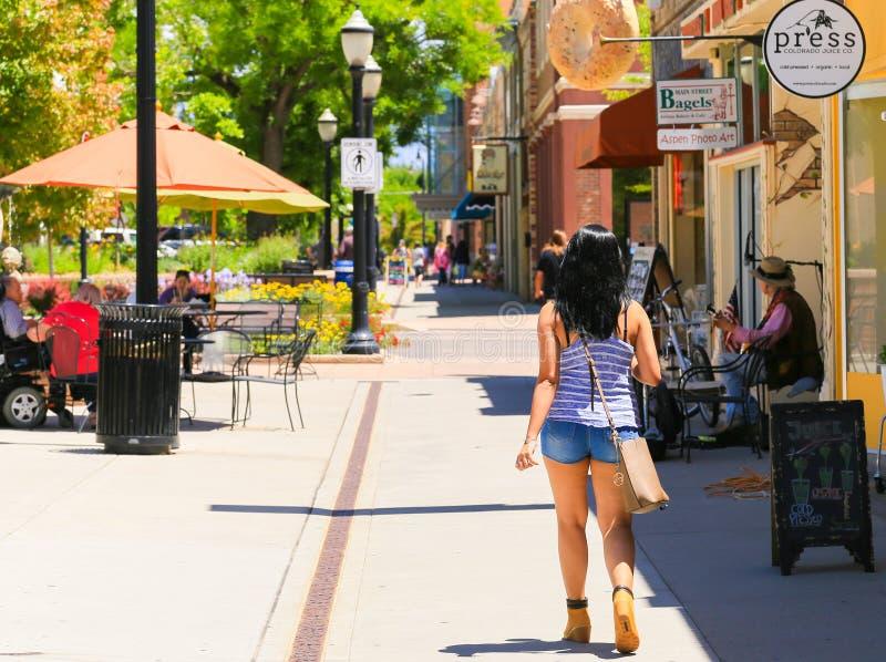 El dar un paseo alrededor de Main Street imagen de archivo
