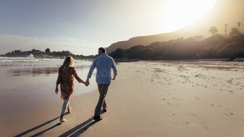 El dar un paseo a lo largo de la playa foto de archivo libre de regalías