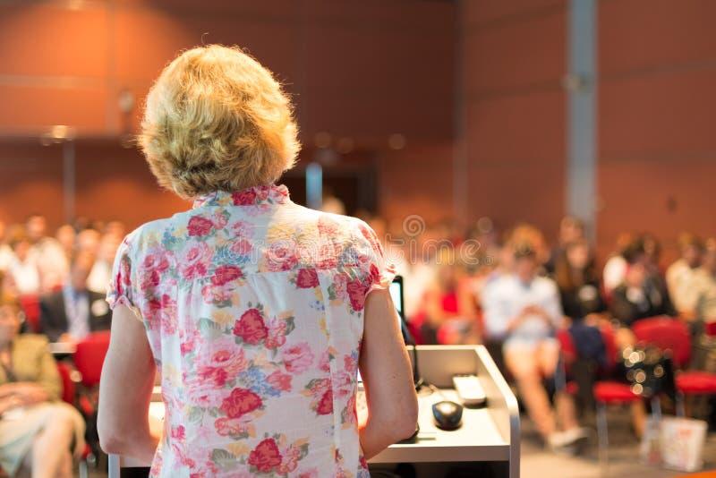 El dar una conferencia académico femenino del profesor foto de archivo