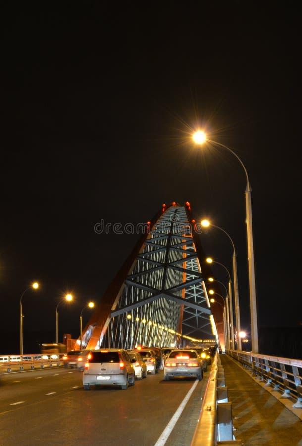 El ¡de Ð capaz-permanecía el puente sobre el río Ob en Novosibirsk en la noche, Siberia imagenes de archivo