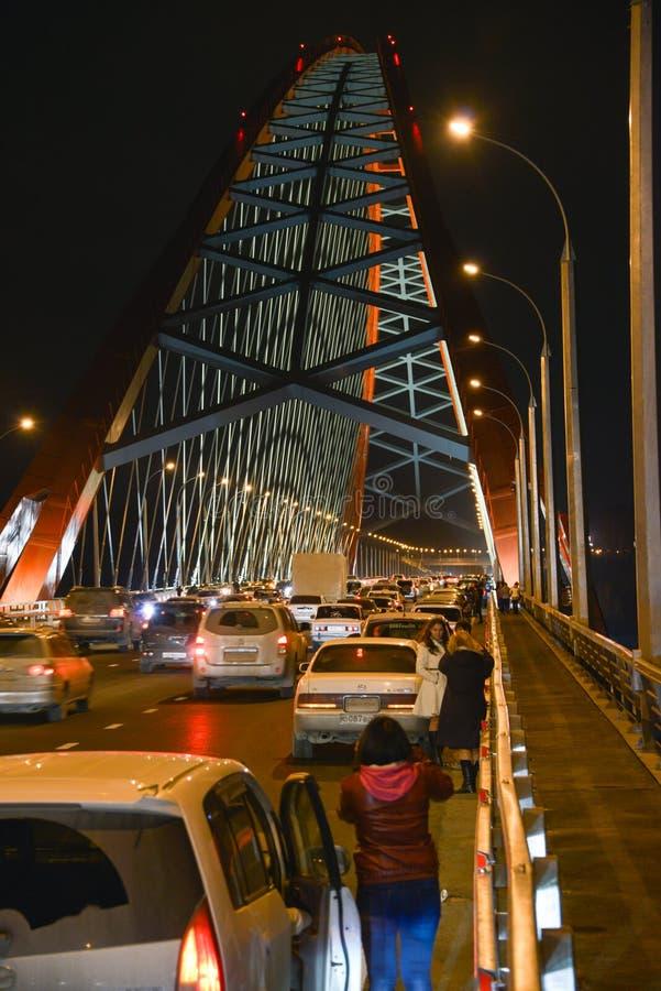 El ¡de Ð capaz-permanecía el puente sobre el río Ob en Novosibirsk en la noche, Siberia foto de archivo libre de regalías