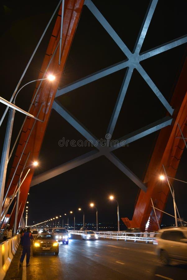 El ¡de Ð capaz-permanecía el puente sobre el río Ob en Novosibirsk en la noche, Siberia fotografía de archivo libre de regalías
