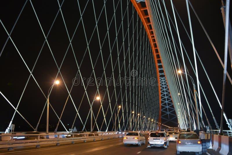 El ¡de Ð capaz-permanecía el puente sobre el río Ob en Novosibirsk en la noche, Siberia fotos de archivo libres de regalías