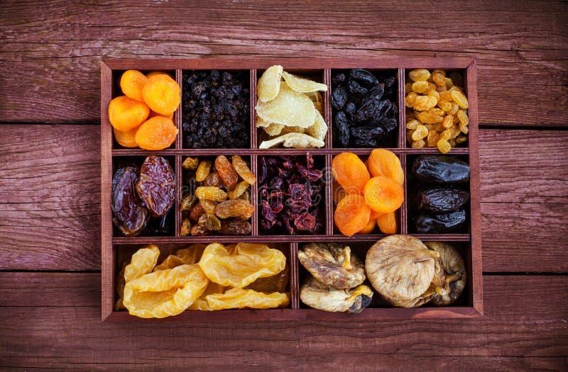 El  de Ð ssorted secó las frutas en caja de madera imagenes de archivo