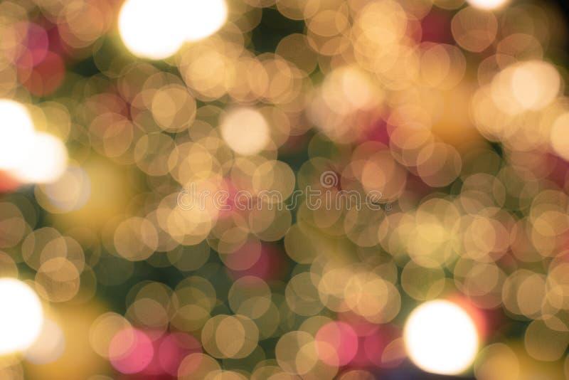 El De enfocó luces que brillaban del árbol de navidad Bokeh fotos de archivo libres de regalías