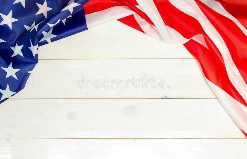 el 4 de julio, el Día de la Independencia de los E.E.U.U., fondo de madera, bandera americana fotos de archivo