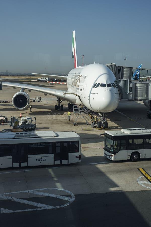 El A380 de las líneas aéreas de los emiratos está consiguiendo hecho y alista para saca en el aeropuerto de CDG en París, Francia imagenes de archivo