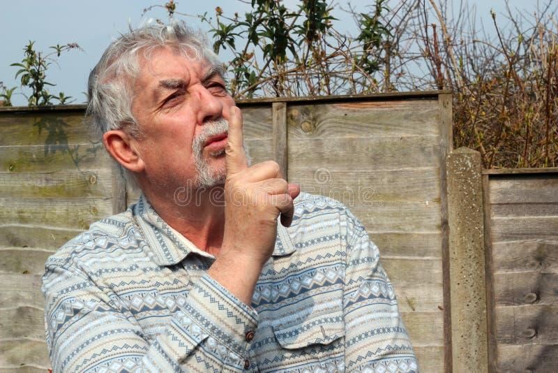 El decir del hombre mayor sea reservado. fotos de archivo