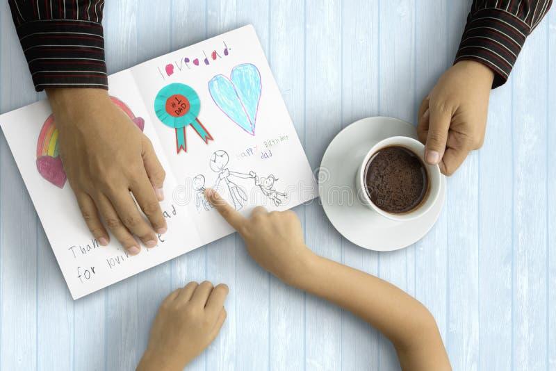 El decir del niño le agradece con la tarjeta engendrar imagen de archivo libre de regalías