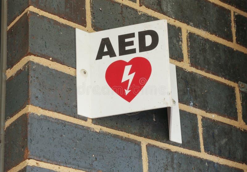 El defibrillator externo automatizado (AED) firma adentro un lugar público imágenes de archivo libres de regalías