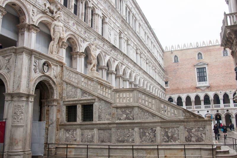 El dei Giganti de Scala en el patio del palacio del ` s del dux, Venecia imagen de archivo