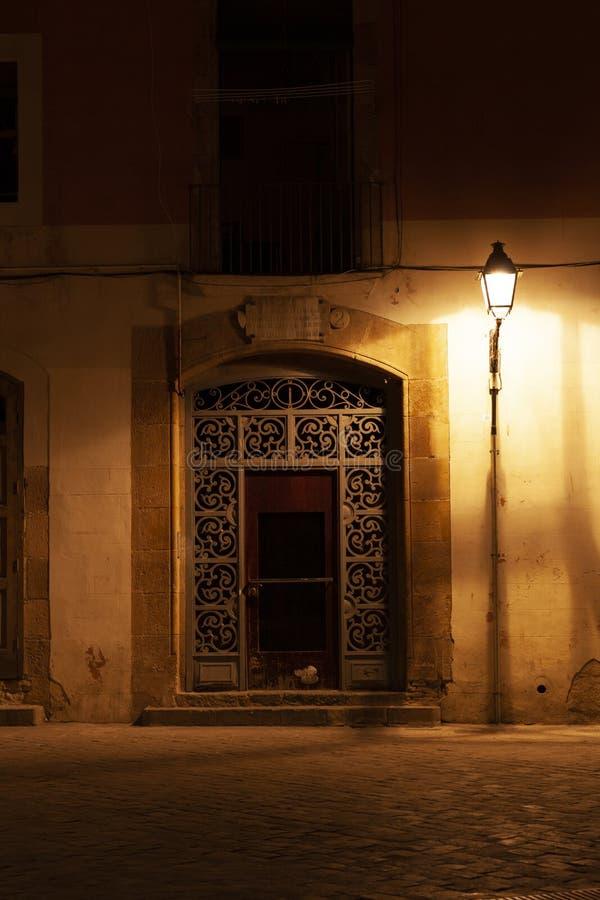 EL del barrio hispano llevado en la noche con las luces de calle, Barcelona, España foto de archivo libre de regalías