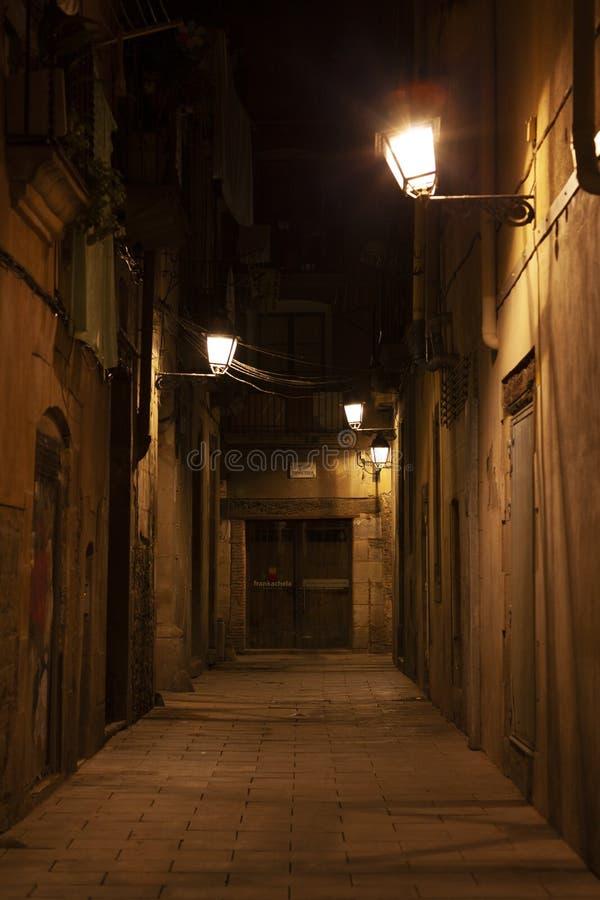 EL del barrio hispano llevado en la noche con las luces de calle, Barcelona, España imagen de archivo libre de regalías