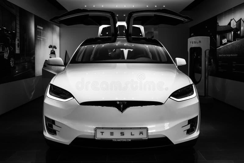 El del mismo tamaño, totalmente eléctrico, de lujo, modelo X de SUV Tesla de la cruce imagen de archivo