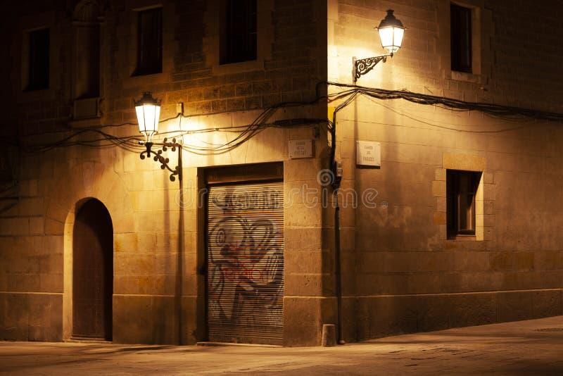 EL del quartiere ispanico sopportato alla notte con le iluminazioni pubbliche, Barcellona, Spagna immagini stock
