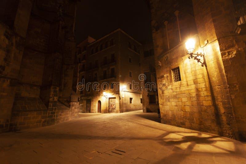 EL del quartiere ispanico sopportato alla notte con le iluminazioni pubbliche, Barcellona, Spagna fotografia stock