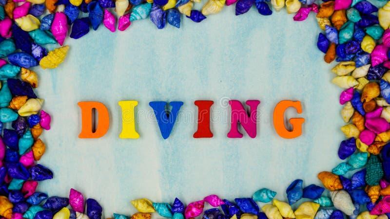 El ` del salto del ` de la frase, se ha fijado en el marco de pequeñas cáscaras coloridas en un fondo azul foto de archivo