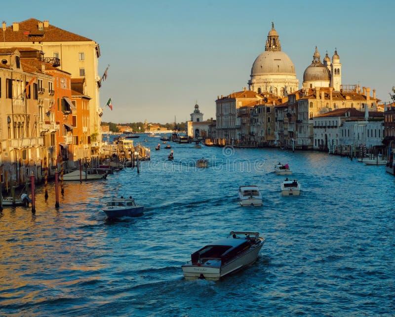 El della de Santa María del Gran Canal y de la basílica saluda, Venecia, Italia fotos de archivo
