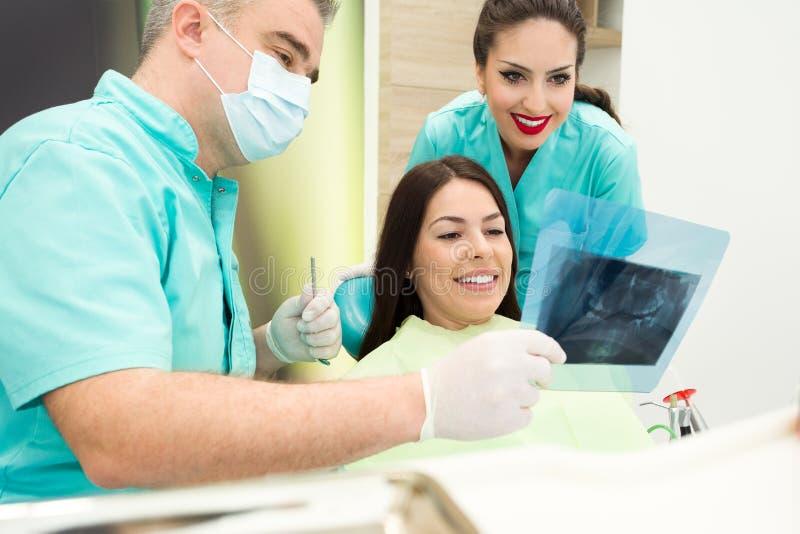 El dentista está examinando la radiografía de los dientes fotos de archivo libres de regalías