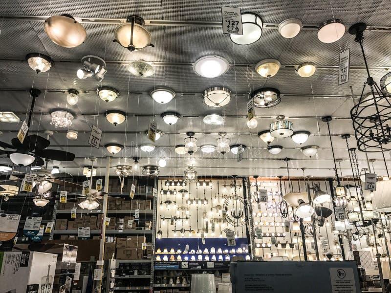 El departamento de la iluminación en la tienda de las mejoras para el hogar del ` s de Lowe fotografía de archivo